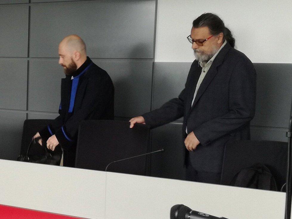 Vladan Mlčoch (vpravo) u krajského soudu v Olomouci