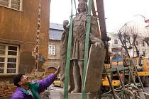 Opravená socha sv. Václava z průčelí arcibiskupské rezidence se stěhuje do křížové chodby kostela sv. Michala