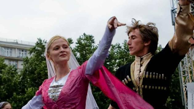Dokument Berkat a Maršo střídá záběry z vystoupení čečenského tanečního souboru s výpověďmi o válce a smyslu pomoci druhým.