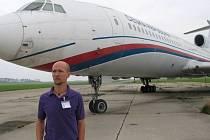 Vládní letoun TU-154M, který zatím stojí na letišti v Praze Kbelích, bude příští sezonu vystavovat Letecké muzeum v Olomouci. Na snímku Zdeněk Svobodník z olomouckého muzea.