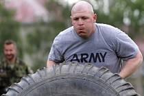 Ukázka bojové techniky české a americké armády, společné horolezení na cvičné stěně Jakub, sportovní silové klání – nedělní program amerického konvoje v přáslavických kasárnách.