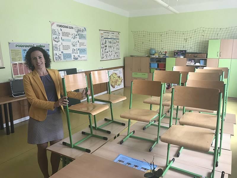 Zpět do lavic se až na dva vrátí všichni žáci blatecké malotřídky. Vedení školy už připravuje podmínky, aby splnilo hygienická nařízení kvůli epidemii koronaviru. Na snímku ředitelka školy Hana Bednářová. (14.května 2020)