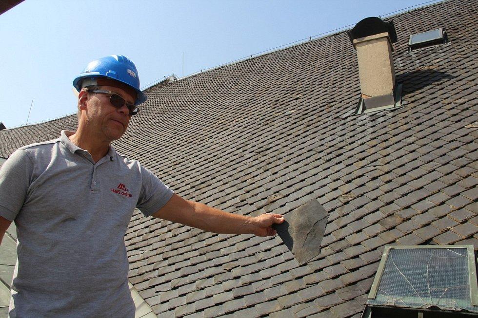 Oprava střechy Moravského divadla v Olomouci. Původní břidlicová krytina se už rozpadá, jak ukazuje stavbyvedoucí Pavel Hurta