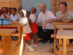Při svém pobytu na Haiti navštívil olomoucký arcibiskup Jan Graubner (na snímku uprostřed) novou školu v Duvalu, kterou zde stavěla Charita ČR.