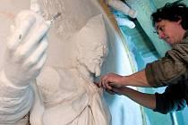 Restaurátor René Tikal při práci na reliéfu sv. Augustina v Klášterním Hradisku