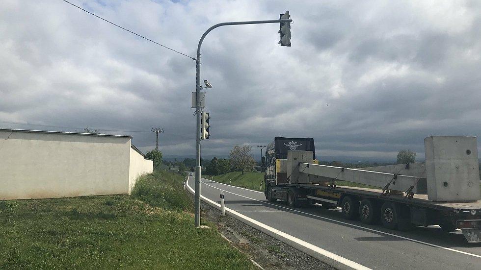 Proti zatížení dopravou v obci Kožušany-Tážaly podepisují místní petici. Na snímku zastavovací semafor. Ten obec před pěti 7 pořídila, aby zpomalila projíždějící auta. Zafungoval velmi dobře, avšak policie tento nástroj plošně odmítla.(14.května 2020)