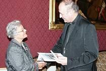 Čestnou medaili Svatého Jana Sarkandera předal arcibiskup Jan Graubner spisovatelce Heleně Havlíčkové