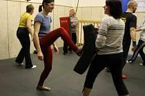 Sestřičky z psychiatrické léčebny ve Šternberku trénují u olomouckých strážníků sebeobranu