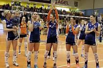 Olomoucké volejbalistky se po zisku extraligového stříbra zdraví v Prostějově se svými fanoušky