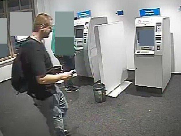 Policisté pátrají po muži, který se pokusil u bankomatu na tř. Svobody v Olomouci ukrást peněženku