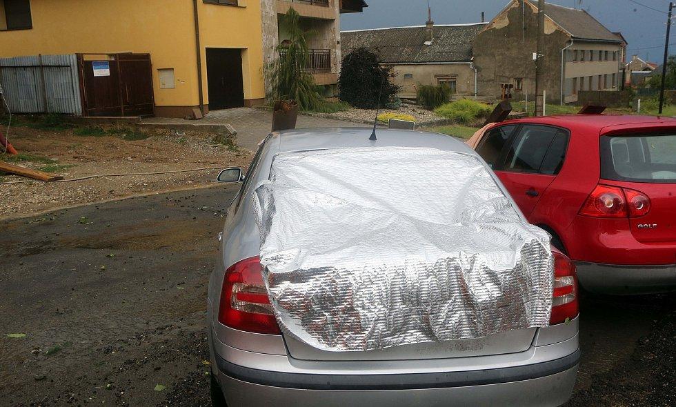 Vilémov - rozbitá auta. Následky bouřky 1.7.2019