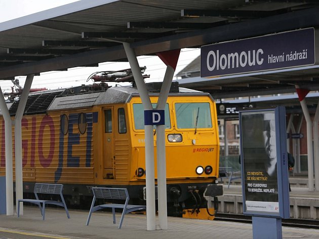 Policisté prohledávají vlaky společností RegioJet a Leo Express na olomouckém hlavním nádraží. Anonym hrozil bombou