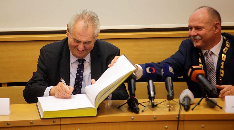 Prezident Miloš Zeman v sídle krajského úřadu v Olomouci s hejtmanem Ladislavem Oklešťkem
