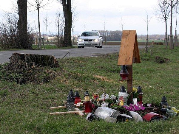 Po nehodě zůstal pomníček a pařez uřízlého stromu.