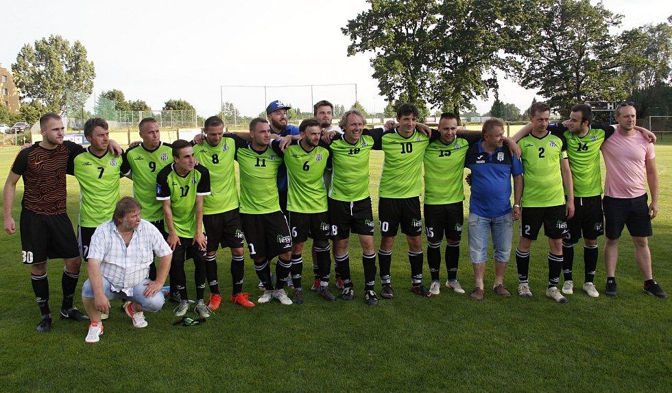 Olešnice u Bouzova (v zeleném) porazila ve finále Lipník nad Bečvou a získala pohár.