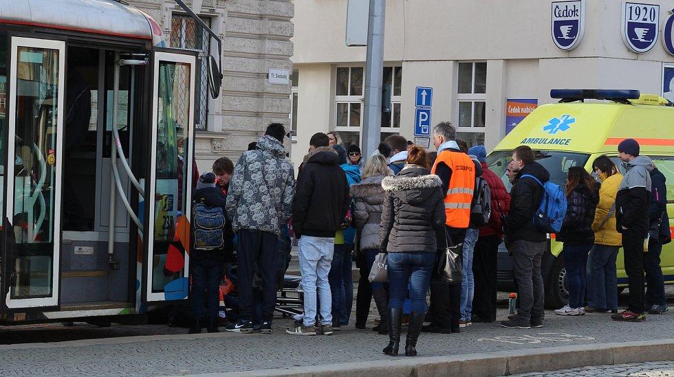 Nehoda tramvaje a dvou chodkyň na náměstí Hrdinů v Olomouci