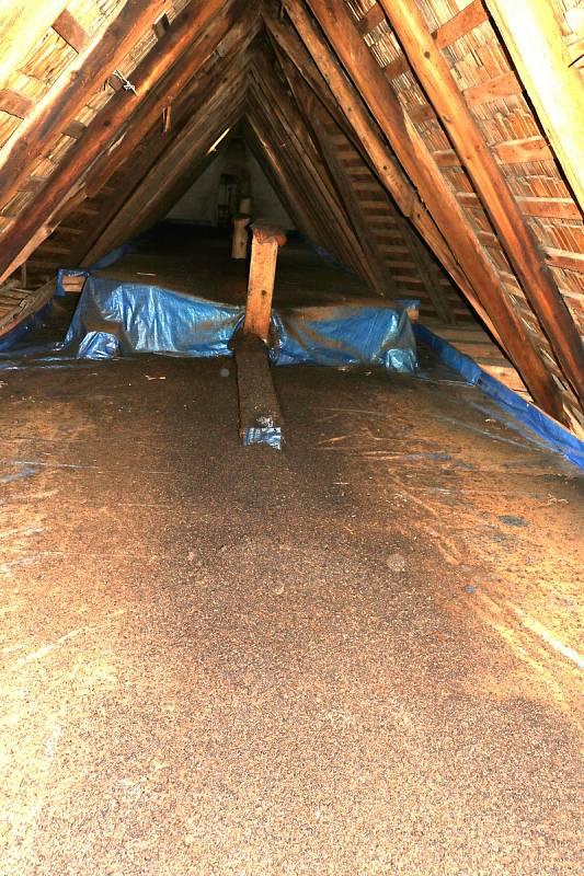 Ochranná opatření provedená v kostele v Hanušovicích, která umožňují bezproblémové soužití s netopýry.