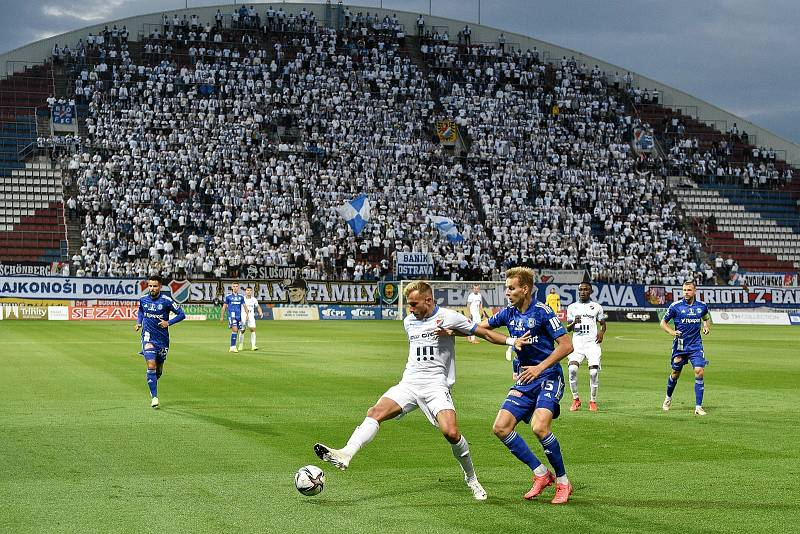SK Sigma Olomouc - FC Baník Ostrava 17. září 2021 v Olomouci. (zleva) Nemanja Kuzmanovič z Ostravy a Ondřej Zmrzlý z Olomouce.