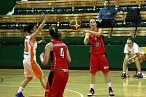 Olomoucké basketbalistky (v bílém) v poháru proti Hradci Králové