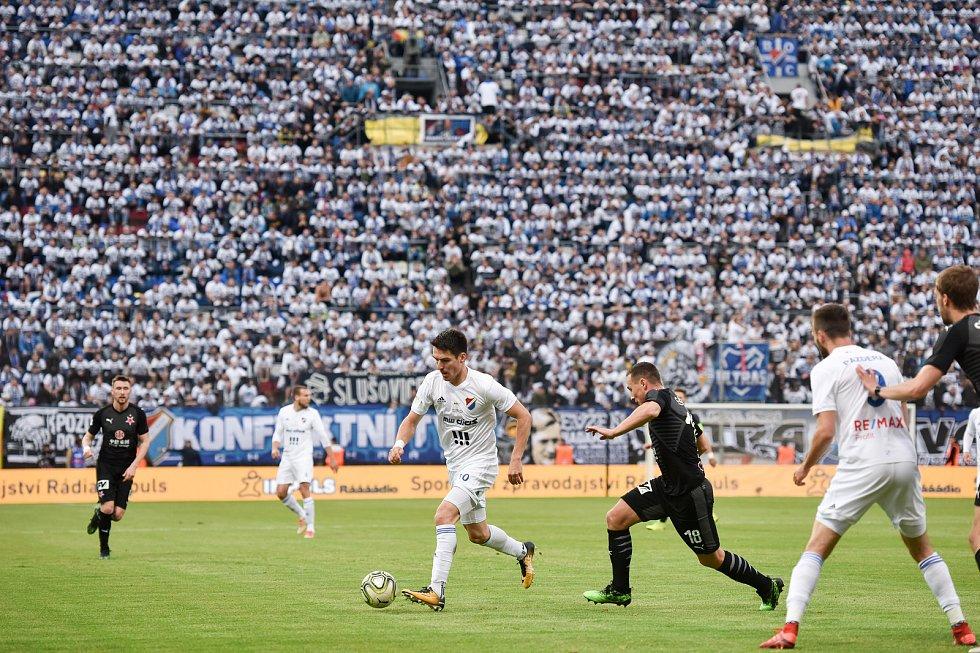 Finále fotbalového poháru MOL Cupu: FC Baník Ostrava - SK Slavia Praha, 22. května 2019 v Olomouci. Robert Hrubý (uprostřed) a Jan Bořil.