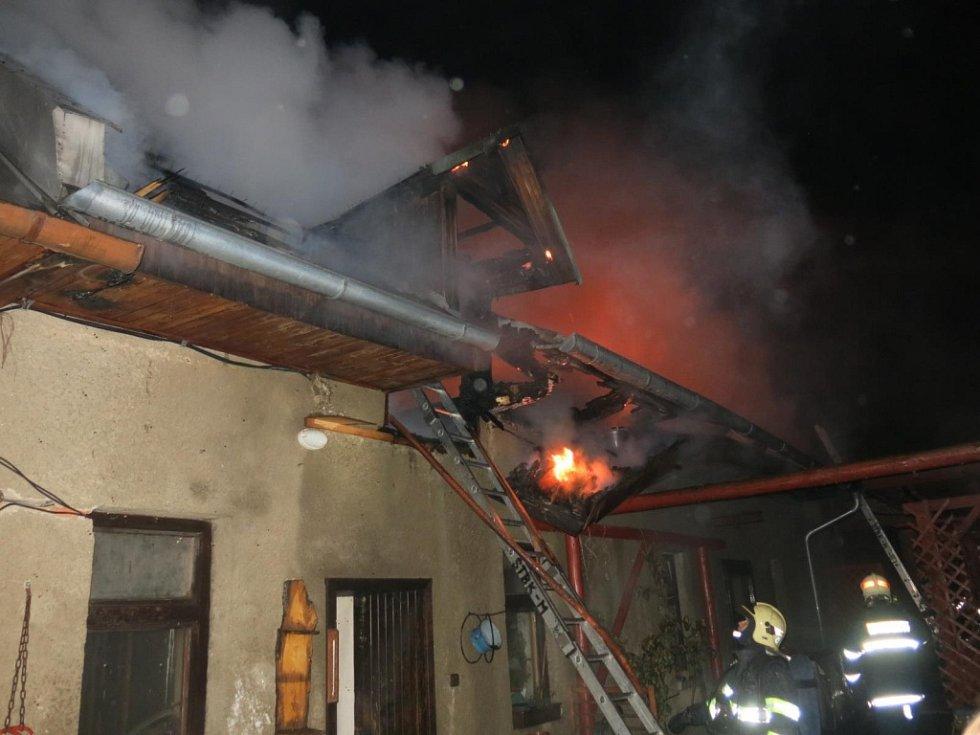 Na Štedrý den v noci hořela střecha domu v Krakořicích, místní části Šternberka.