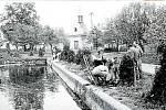 Rybník v roce 1973. Místní opravují stavidlo rybníka v Hrabí, části obce Bílá Lhota.
