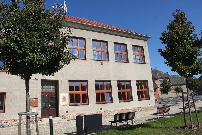 Bukovany: bývalou školu čeká rekonstrukce, změní se na obecní úřad.