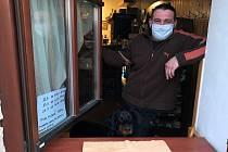 V Hospodě U Kapličky v Grygově se ani v době koronavirové pandemie nepřestalo točit pivo. Hostinský Přemysl Hlaváč otevře okno a zlatavý mok prodává štamgastům a kolemjdoucím s sebou