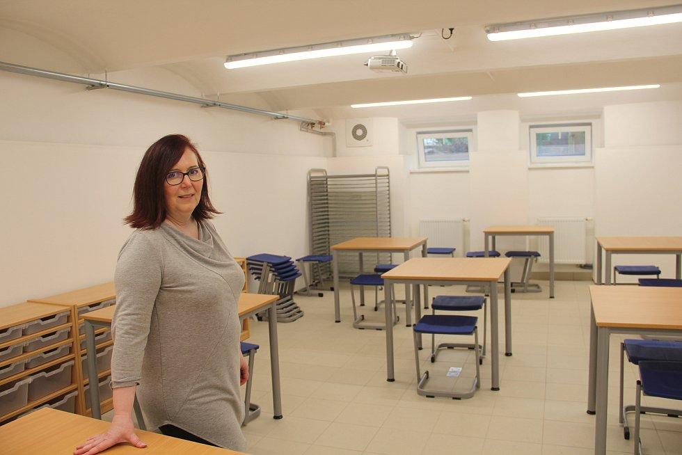Příkazy - nová keramická dílna ve sklepních prostorách školy.