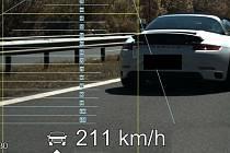 Řidič automobilu Porsche A911 minul policejní hlídku rychlostí 211 kilometrů v hodině.