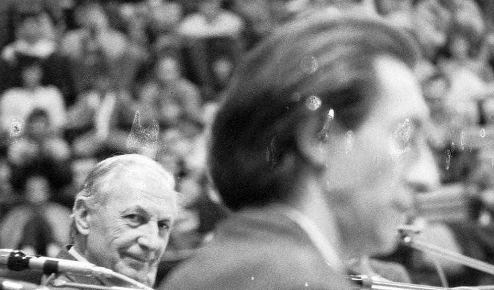 Herec Ladislav Chudík (vlevo) a Bolek Bolívka na shromáždění ve sportovní hale na Lazcích