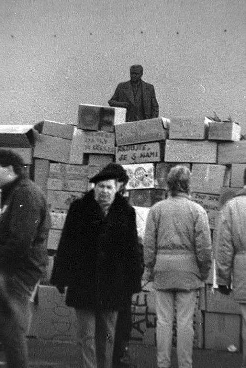 Happening před sídlem okresního vedení komunistické strany na Envelopě