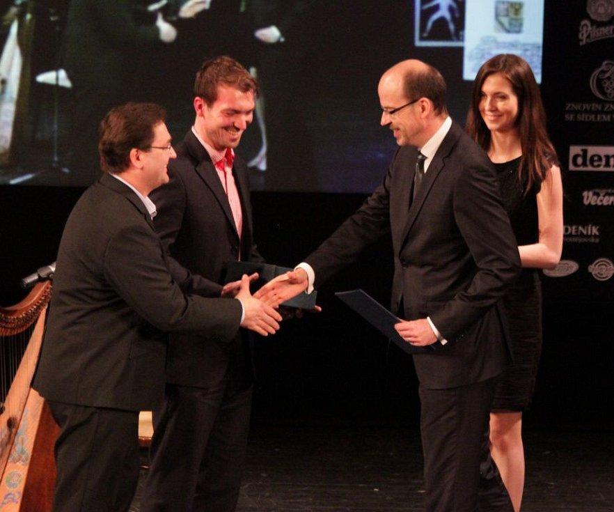 Trenér Petr Fiala přebírá cenu za HC Olomouc. Vyhlášení Sportovce Olomouckého kraje za rok 2014 v Městském divadle v Prostějově