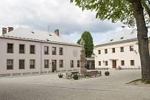Prostor před obecním úřadem a školou.