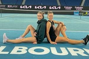 Barbora Štefková (vlevo) je v Austrálii v roli zaskakující trenérky Karolíny Muchové.