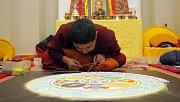 Tibetští mniši vytváří mandalu v olomouckém Konviktu