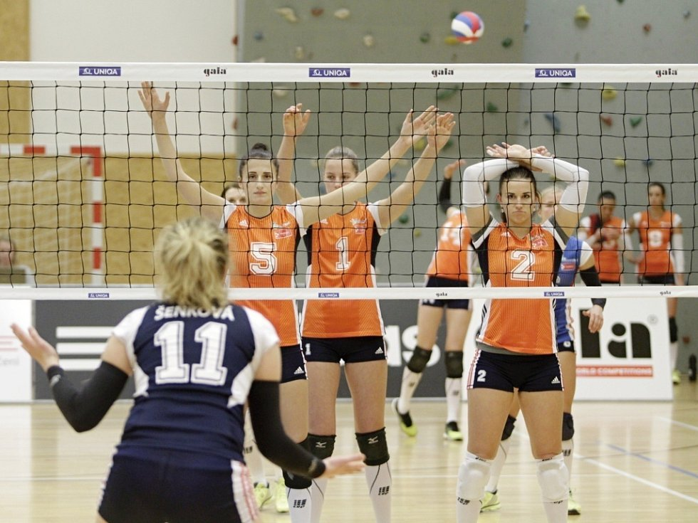 Volejbalistky Šternberka (v modrém) proti Olomouci