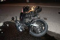 Nehoda prchajícího motorkáře s policejním vozem v Olomouci
