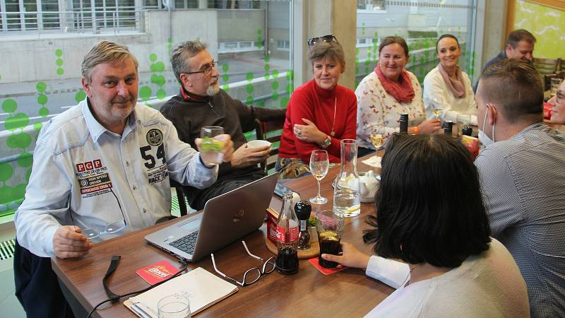 Zástupci ANO sledovali výsledky voleb v olomoucké Restauraci A na výstavišti Flora. Vlevo Milan Feranec vedle Miroslav Žbánek. 9. října 2021.