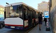 """Autobus náhradní linky X2 se zastávkou a """"točnou"""" na náměstí Republiky"""