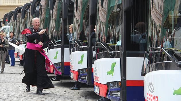 Deset nových autobusů dorazilo na Horní náměstí v Olomouci, požehnal jim arcibiskup Graubner