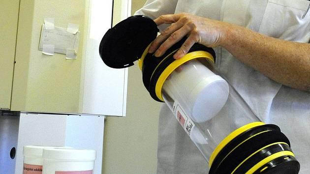 Ilustrační foto. Schránka potrubní pošty, kterou používá k přepravě biologického materiálu nemocnice v Opavě.