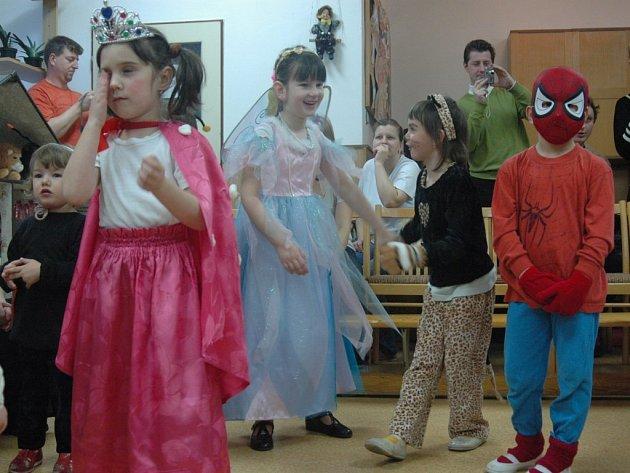 Na karneválku se objevili princezny, víly i divoké kočky.