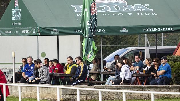 Diváci sledovali utkání z přilehlé zahrádky.