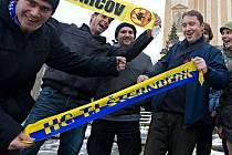 Fanoušci šternberského hokeje před budovou radnice v lednu 2012