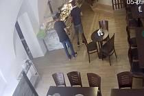 Policie pátrá po dvojici mužů zachycených kamerami, kteří měli krást v olomoucké restauraci