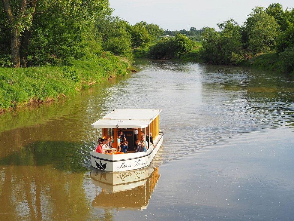 Výletní loď Marie Terezie vyplouvá každý den z olomouckých Nových Sadů. Zájemcům nabízí několik možností prohlídek. Ty nejdelší, soukromé a vícehodinové jízdy výletníky zavezou až ke kožušanskému jezu