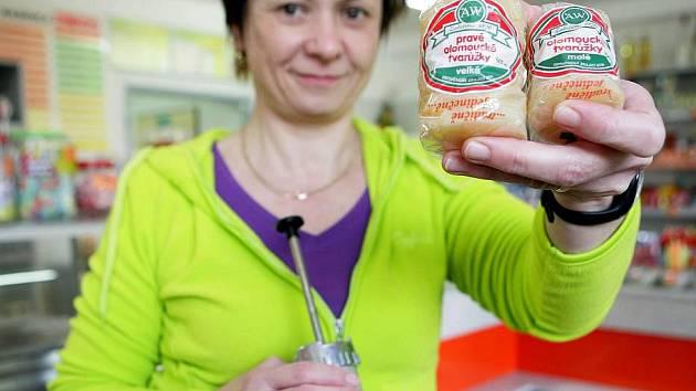 Zdeňka Poštulková ve svém tvarůžkovém lahůdkářství v Lošticích