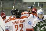 Olomoučtí hokejisté (v bílém) porazili Karlovy Vary 3:2 v prodloužení. Roman Vlach.