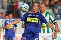 Lukáš Bajer zpracovává míč